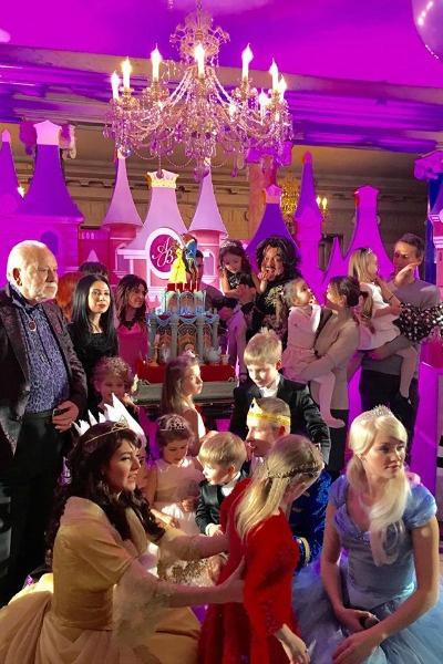 Звездных детей развлекали сказочные принцессы