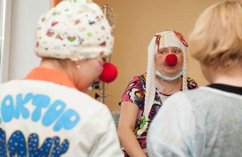 Раньше клоун Сосискин в исполнении Марины носил рыжий парик. Но во время лечения от шевелюры пришлось отказаться из-за санитарных норм. Теперь Марина выступает в обычных детских колготках