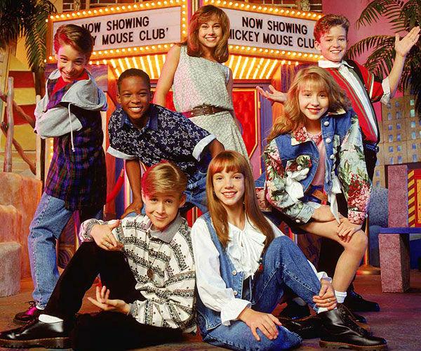 """Справа: Джастин Тимберлейк, Кристина Агилера и другие участники """"Клуба Микки Мауса"""", а на полу сидят Райан Гослинг и Бритни Спирс"""