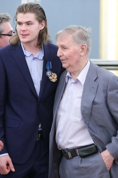 Хоккеист Виктор Тихонов с дедом, тренером Виктором Тихоновым