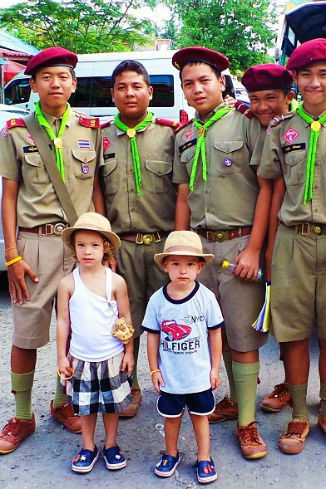 Малыши с местными тайскими школьниками