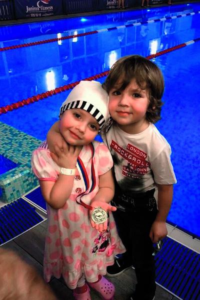 В конце прошлого года Лиза получила свою первую медаль за плавание