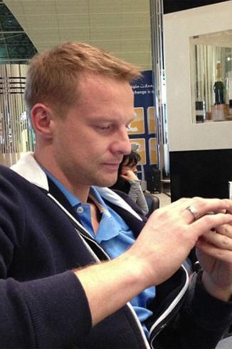 В аэропорту Дубая Малофеев скучал со смартфоном, но упсел показать новое обручальное кольцо