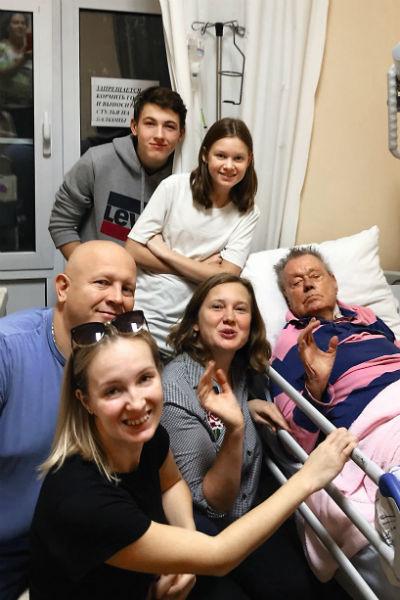 Глава семейства с невесткой Ириной (в центре), внучкой Яниной и друзьями в больнице за неделю до смерти