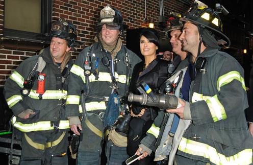 Сальма Хайек с бравыми нью-йоркскими пожарными