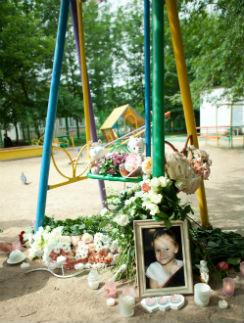 Елизавета-Виктория погибла от удара качелями во дворе на улице Кантемировской