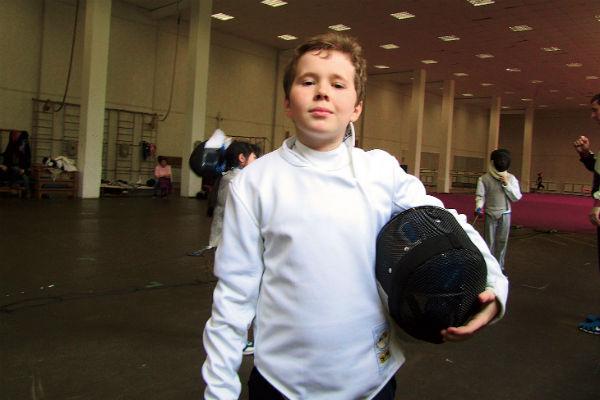 Мальчик два года занимается фехтованием
