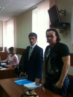 Роман Жуков и его адвокат перед началом слушания
