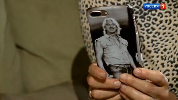 Флоранс бережно хранит вещи мужа и носит с собой обручальное кольцо. Даже на телефоне женщины фотография Дмитрия