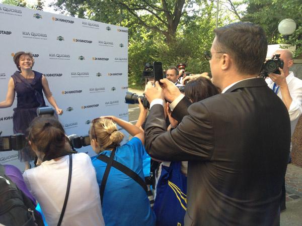 Алексей Макаров фотографирует актрису на камеру мобильного телефона