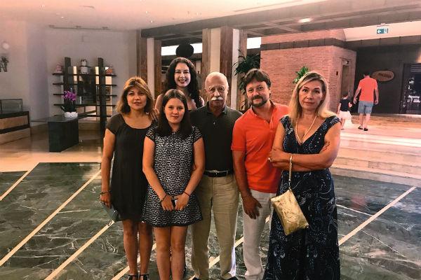Идеальный день рождения с самыми близкими – супругой Мариной (крайняя справа), сыном Артемом, его женой Лидией, внучкой Соней и дочкой Варварой