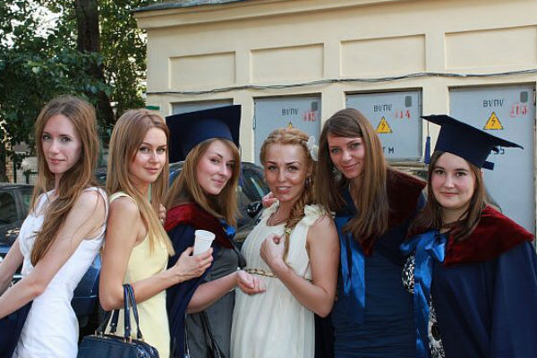 Марина Африкантова (вторая слева) с одногруппницей Майей Каленовой (третья справа) и подружками- выпускницами