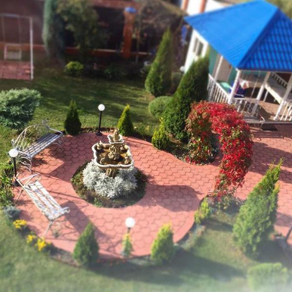 Ирина тщательно следит за внешним видом своего дома и участка