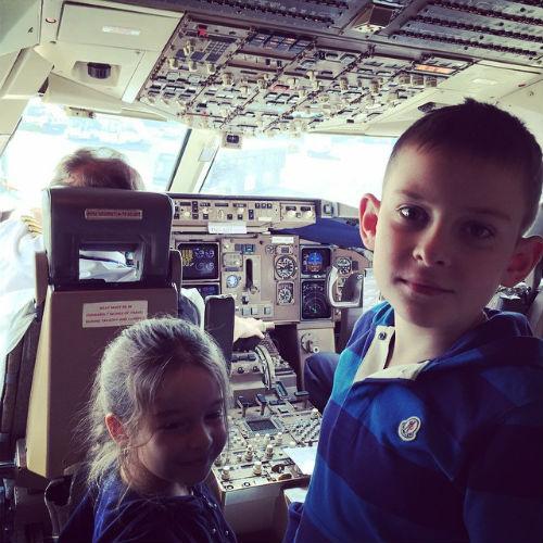 Маруся и Даниил побывали в кабине пилотов самолета