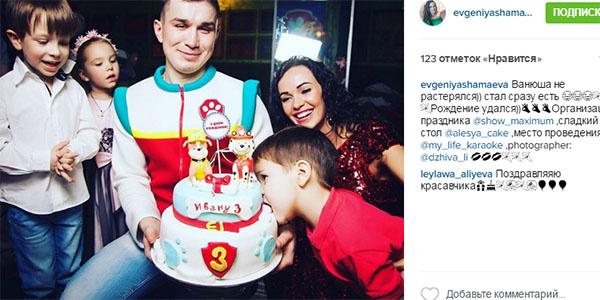 Трехлетний сын супругов Ваня с нескрываемым удовольствием пробовал на вкус свой именинный торт