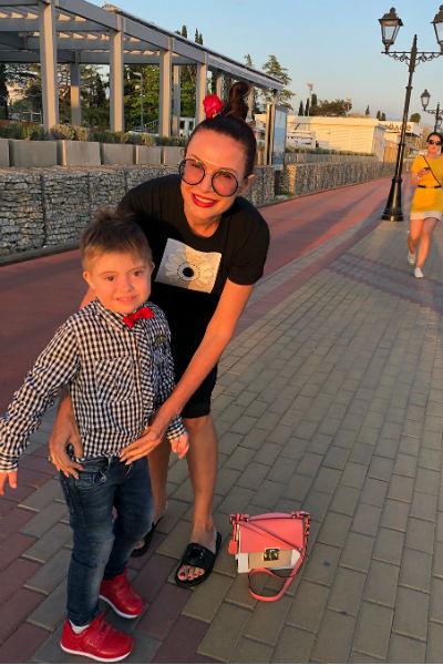 Эвелина Бледанс воспитывает сына Семена