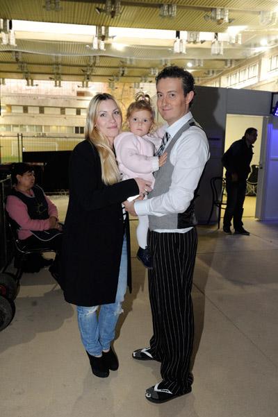 Начинающего фигуриста поддерживают жена и дочь
