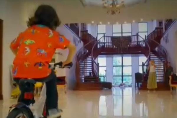 Мартин катается на велосипеде по большому дому