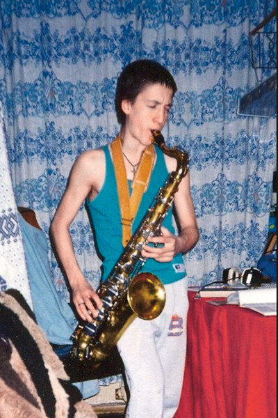 Не зная нот, Артур самостоятельно научился играть на саксофоне и гитаре
