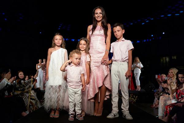 Инна Жиркова с юными моделями