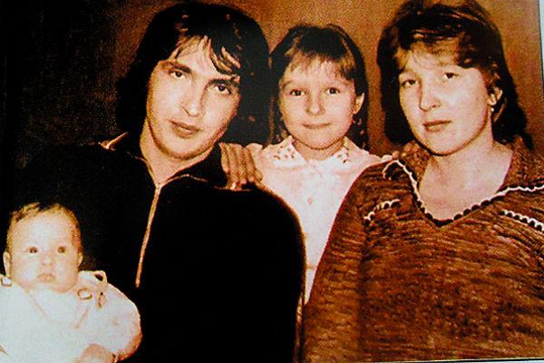 Маленький Женя с родителями и старшей сестрой Леной, 1983 год