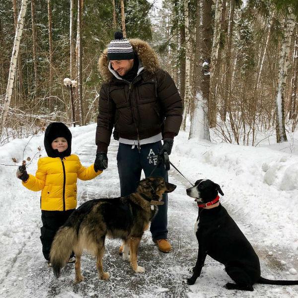 Сергей Лазарев на прогулке с сыном