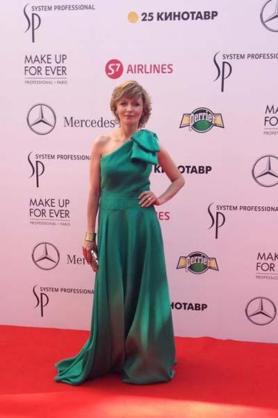 Дарья Повереннова в платье цвета травы