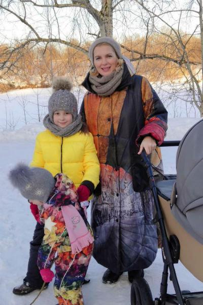 Актриса на прогулке с дочерьми и сыном