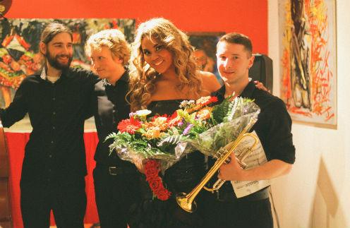 Корнелия Манго на персональной выставке в Дрездене исполнила несколько композиций