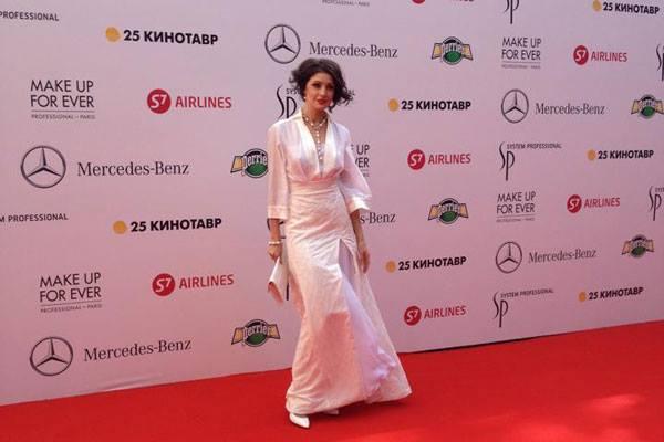 Анастасия Макеева мужа оставила дома