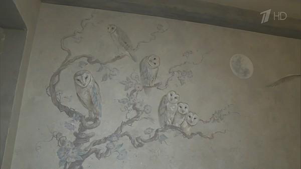 Стены дома украшают роскошные фрески