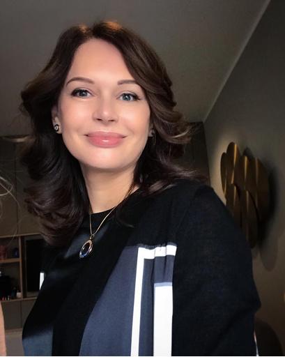 Минимум мейка и волосы, уложенные легкими волнами, идеальный вариант для Ирина