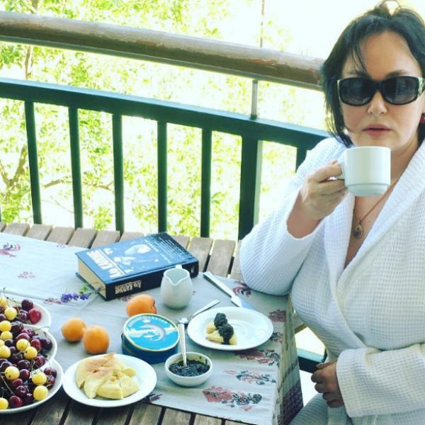 Лариса Гузеева завтракает фруктами и черной икрой