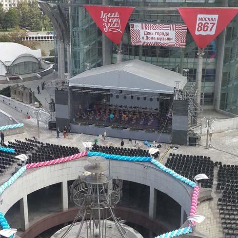 Одна из концертных площадок развернулась под окнами Александра Кержакова. Футболист признается, что за время репетиций выучил наизусть всю программу