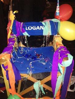 Кресло на съемочной площадке также приукрасили
