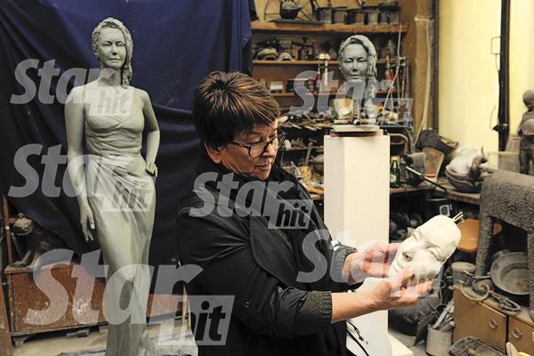 Ольга Владимировна с деталью памятника Жанне