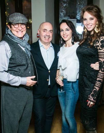 Дмитрий Дибров, Михаил Грушевский с супругой и Полина Диброва собрались в итальянском ресторане