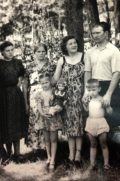 Маленькая Алла с родителями, бабушкой, тетей и младшим братом Женей. Евгений скончался в 2011 году