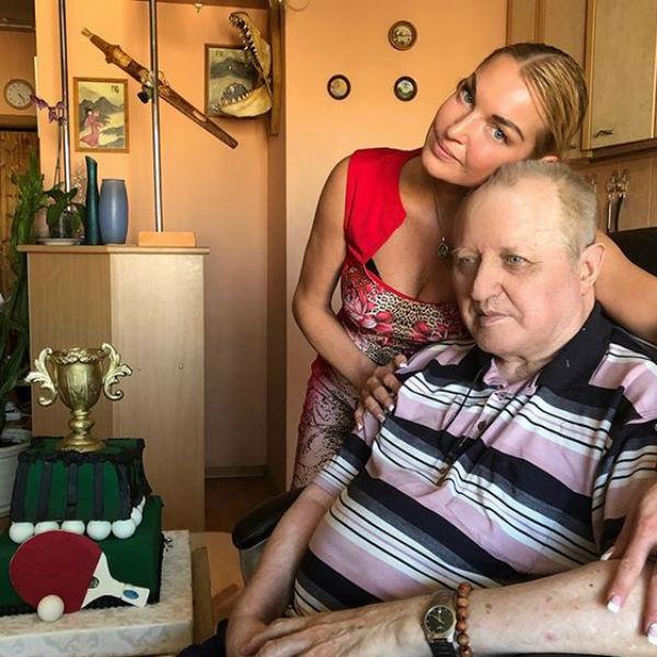 На день рождения Волочкова подарила отцу торт с теннисной ракеткой
