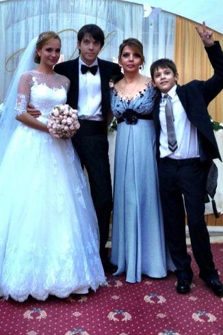 Новобрачные Оксана и Дмитрий, Екатерина Рождественская и ее младший сын Данила