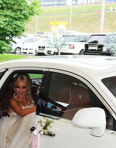 """Лимузин молодоженов прибыл к залу """"Сафиса"""" около 19:30"""