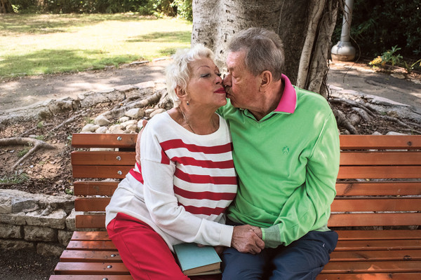 Во время коротких остановок для отдыха Николай Петрович нежно целует жену...