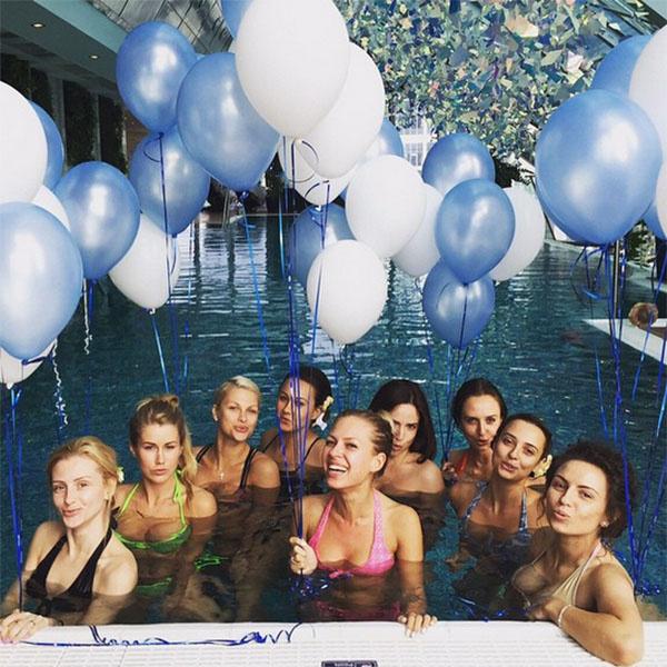 Девчонки развлекались в бассейне