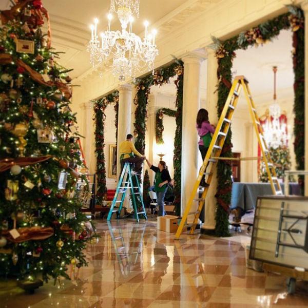 Украшать залы президентской резиденции помогали волонтеры