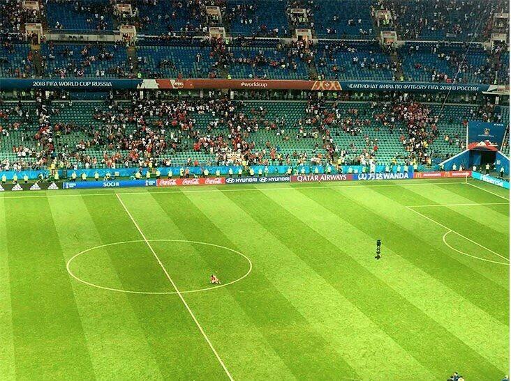 Смолов не торопится покидать поле, даже когда стадион пустеет