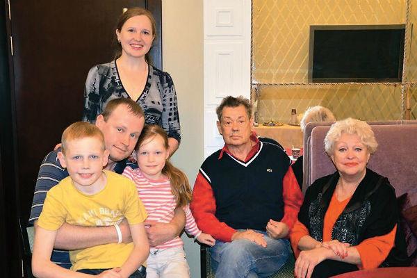 Актер в окружении семьи