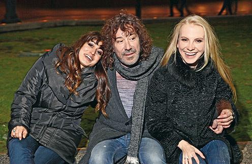 Владимир Кузьмин с дочерью Николь (слева) и женой Катей (справа)