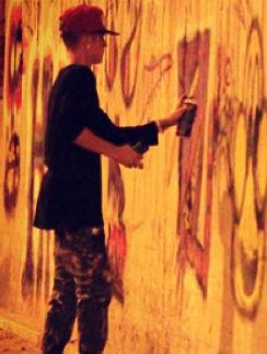 Папарацци застали Бибера за раскрашиванием стены