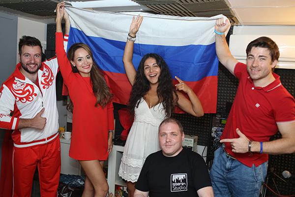 Анна Калашникова с участниками своей акции