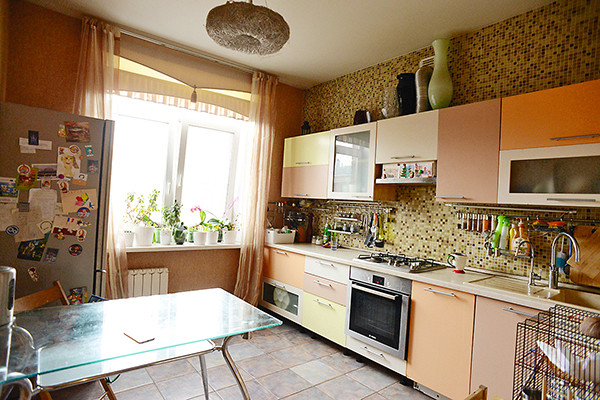 Благодаря теплым оттенкам кухня получилась уютной